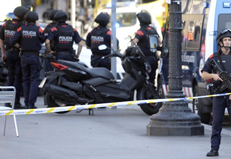 Неизвестный зарезал мужчину, наехавшего на авто на полицию в Барселоне