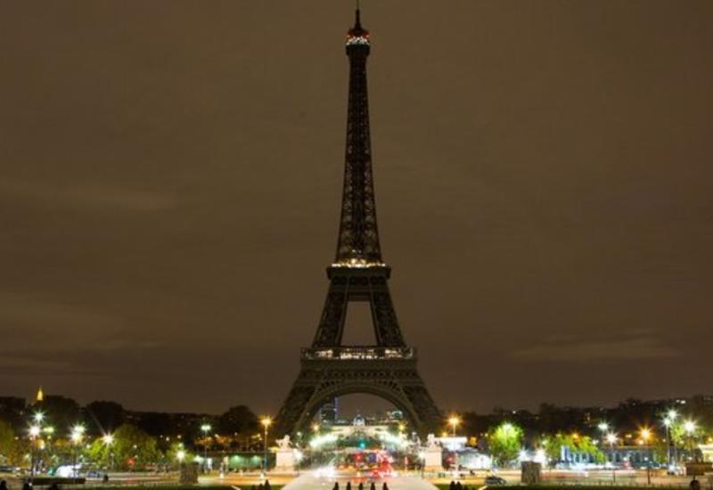 """На Эйфелевой башне погасили огни в память о жертвах теракта в Барселоне <span class=""""color_red"""">- ВИДЕО</span>"""