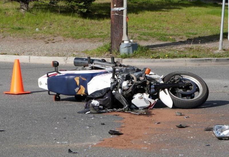 Bakıda minik avtomobili motosikletlə toqquşdu: ölən var