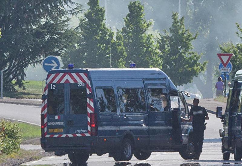 Во Франции автомобиль въехал в автобусные остановки, есть погибший