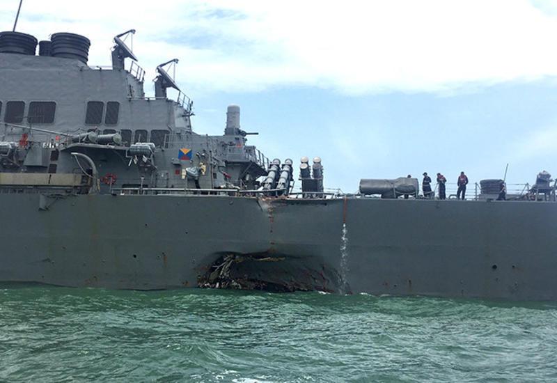"""Джон Маккейн молится за моряков эсминца, столкнувшегося с торговым танкером <span class=""""color_red"""">- ВИДЕО</span>"""