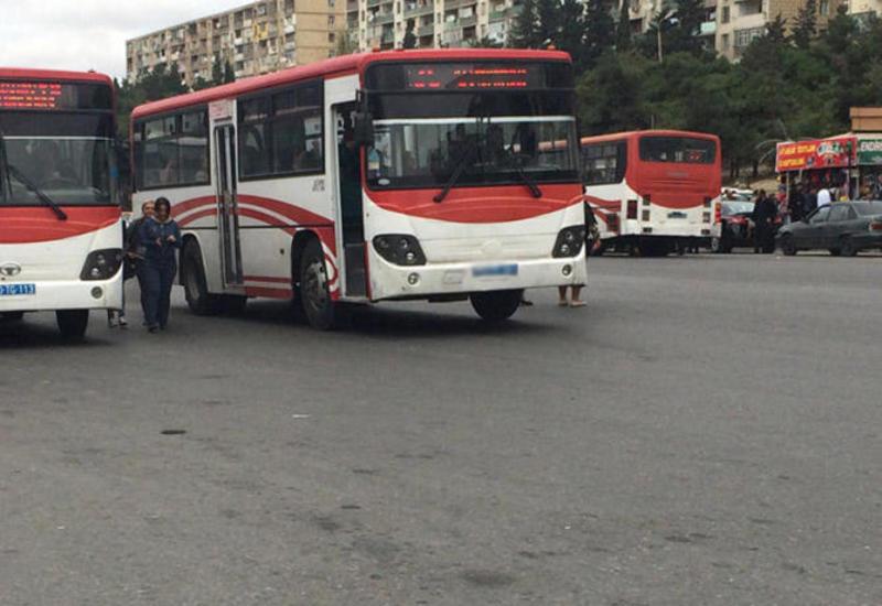 """Bakıda sürücü avtobusu görün hardan sürdü <span class=""""color_red"""">- VIDEO</span>"""