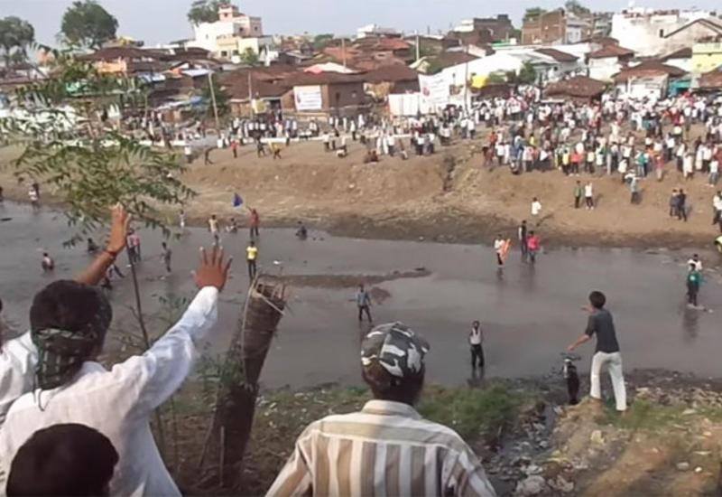 """В ходе праздника метания камней в Индии пострадали около полутысячи человек <span class=""""color_red"""">- ВИДЕО</span>"""