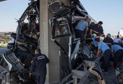"""Автобус врезался в опору моста, много погибших и раненых <span class=""""color_red"""">- ВИДЕО</span>"""