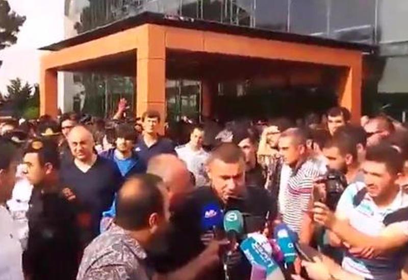 """Сотни болельщиков встречали «Карабах» в бакинском аэропорту <span class=""""color_red"""">- ВИДЕО</span>"""