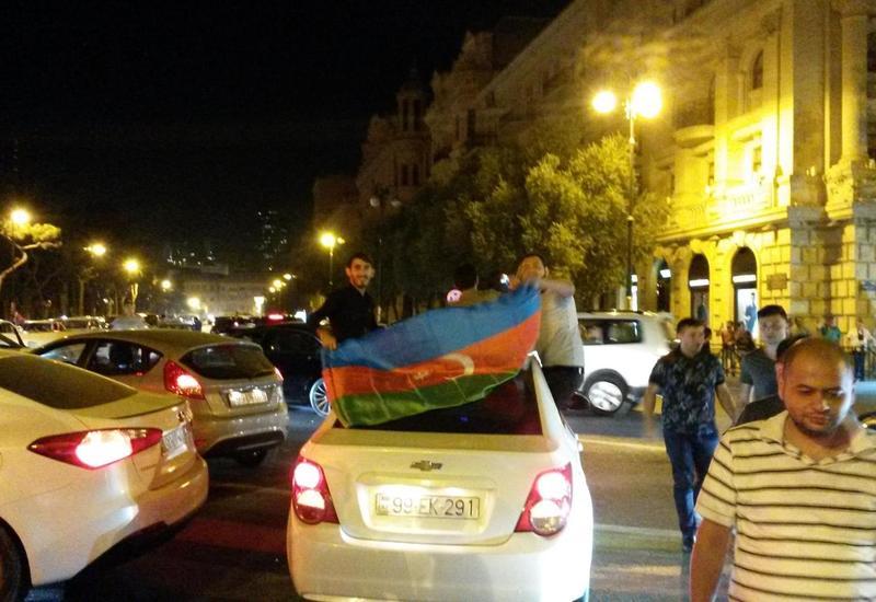 """В Баку тысячи людей вышли на улицы отпраздновать победу """"Карабаха"""" <span class=""""color_red"""">- ФОТО - ВИДЕО</span>"""