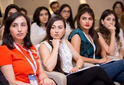 """Азербайджанская молодежь в социальных медиа - развитие и бизнес #SMM2017 Business Breakfast <span class=""""color_red"""">- ФОТО</span>"""