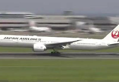 """В аэропорту Токио экстренно сел """"Боинг-777"""" с загоревшимся двигателем <span class=""""color_red"""">- ВИДЕО</span>"""