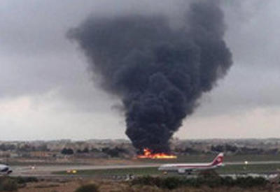 """Самолет упал и взорвался в аэропорту Уэльса <span class=""""color_red"""">- ВИДЕО</span>"""