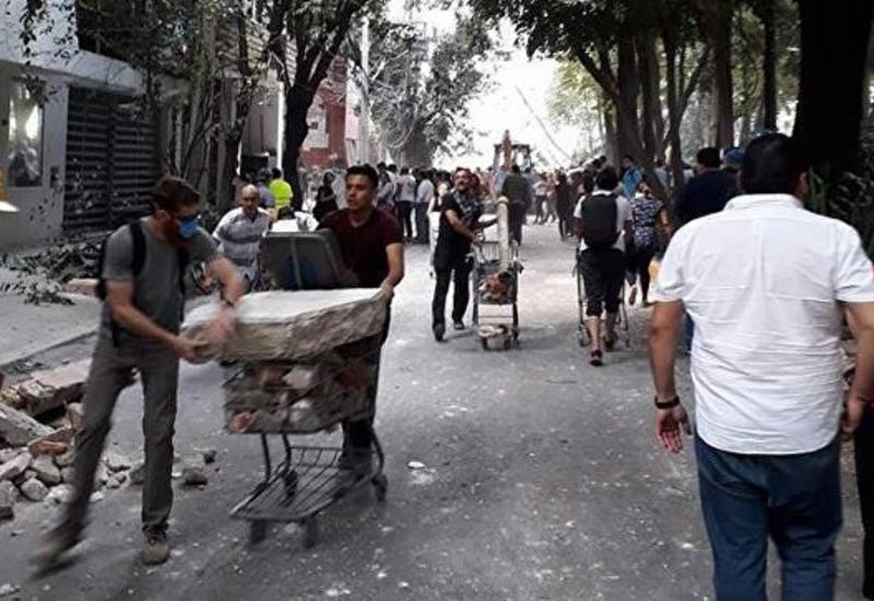 В Мексике восемь детей погибли при обрушении школы после землетрясения