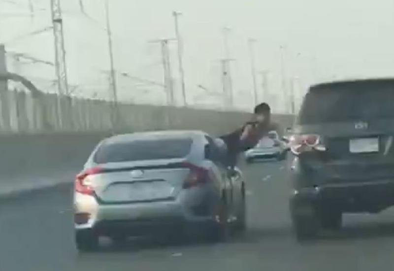 Пассажир пытался избить водителя другой машины прямо на ходу