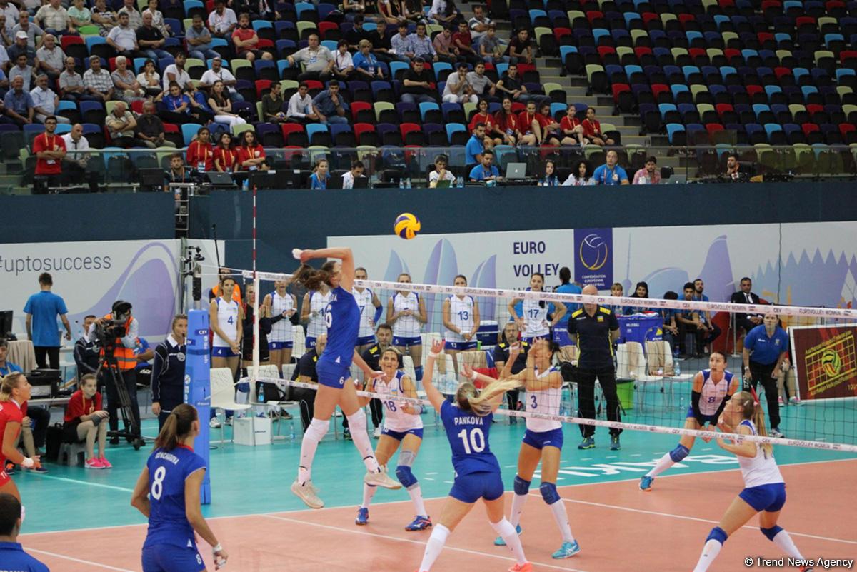 Ильхам Алиев наблюдал заигрой женской сборной Азербайджана поволейболу