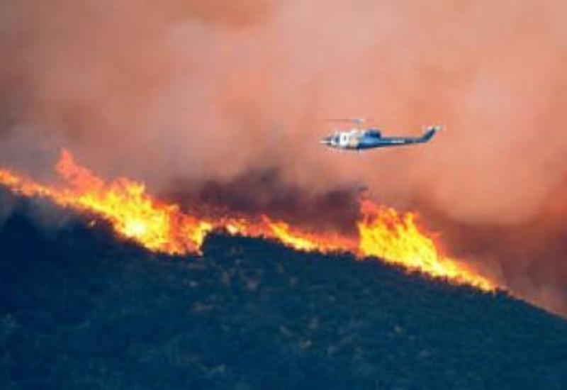 Вертолет МЧС Азербайджана приступил к тушению лесных пожаров в Грузии