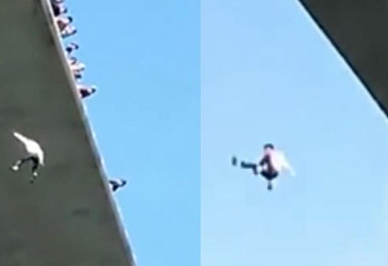 Человек, оставшийся подвешенным под мостом, сорвался и погиб, упав в воду