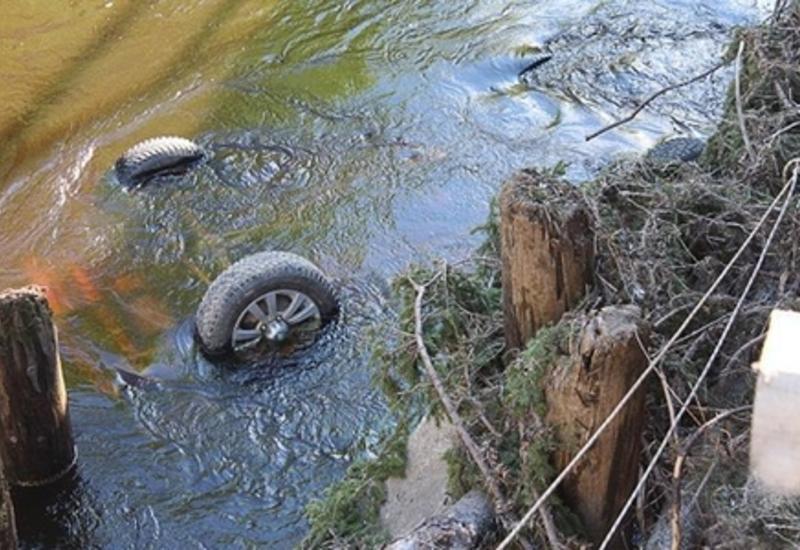 В Товузе автомобиль влетел в канал, есть пострадавшие