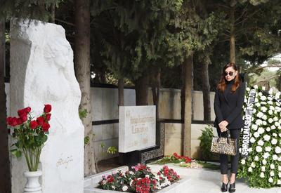"""Первый вице-президент Мехрибан Алиева посетила могилу видного ученого-востоковеда Аиды Имангулиевой <span class=""""color_red"""">- ФОТО</span>"""