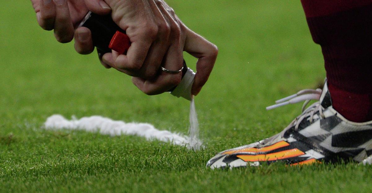 Футболист вытер ногу обсудью иполучил желтую карточку