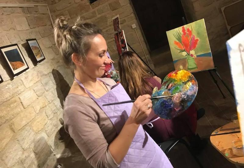 """В Ичеришехер состоялся мастер-класс известного художника <span class=""""color_red"""">- ФОТО</span>"""
