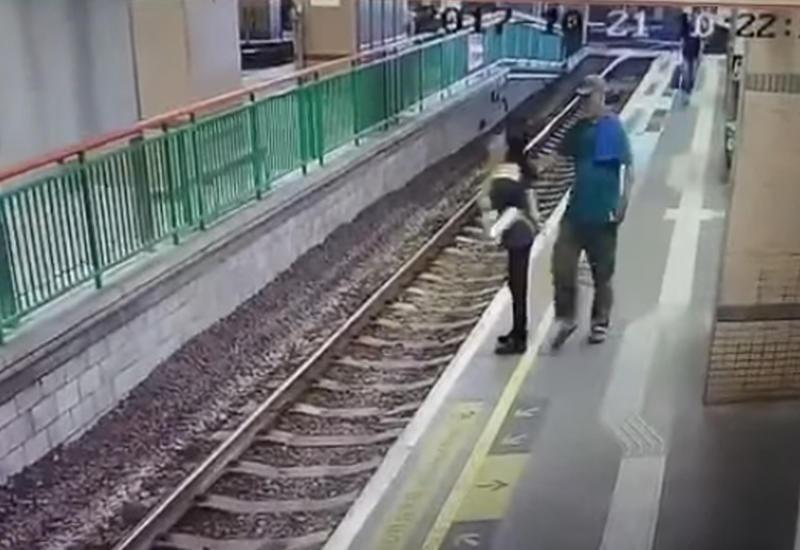 "Мужчина столкнул уборщицу на железнодорожные пути и ушел <span class=""color_red"">- ВИДЕО</span>"