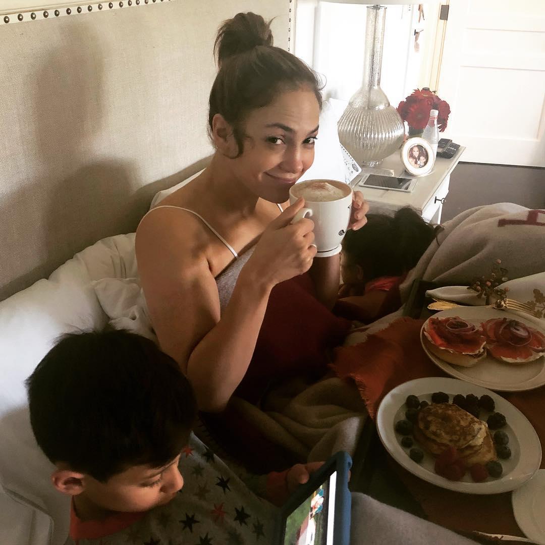 Дженнифер Лопес без макияжа завтракает вкровати