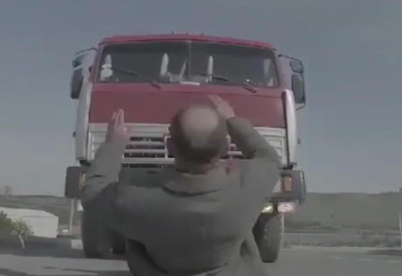 """Azərbaycanlı aktyor """"KamAz""""ın altında qaldı <span class=""""color_red"""">- VİDEO</span>"""