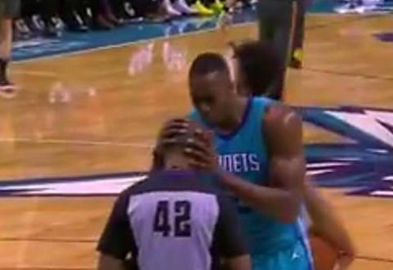 """Баскетболист NBA поцеловал судью, наказавшего его за нарушение <span class=""""color_red"""">- ВИДЕО</span>"""