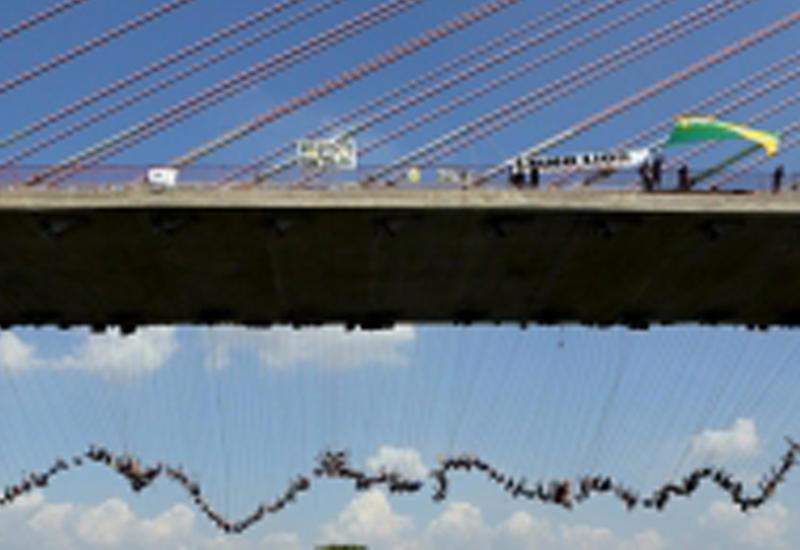 """В Бразилии 245 человек прыгнули с моста и установили мировой рекорд <span class=""""color_red"""">- ВИДЕО</span>"""