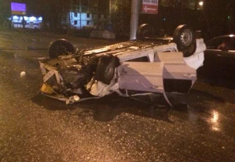 В Шамкире перевернулся автомобиль с полицейскими, есть погибший и раненые