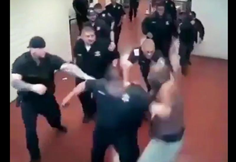 Заключенный в одиночку подрался с 18 полицейскими
