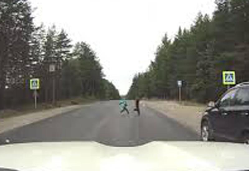 В сантиметрах от трагедии: дети чудом не попали под колеса автомобиля