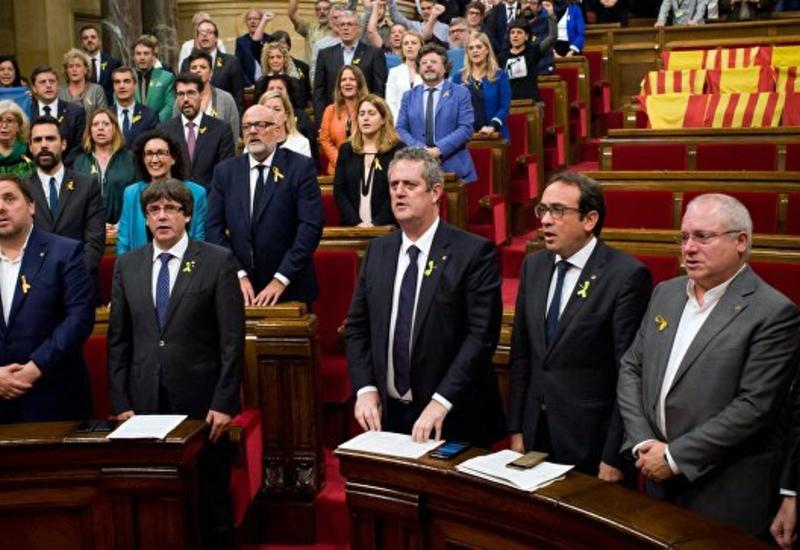 Испанский суд поместил под стражу восемь членов правительства Каталонии