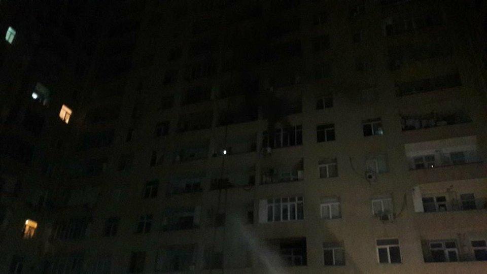Bakıda güclü yanğın: Sakinlər binada qalıb - FOTOLAR