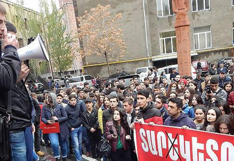 В Ереване студенты забаррикадировались в аудитории и объявили голодовку