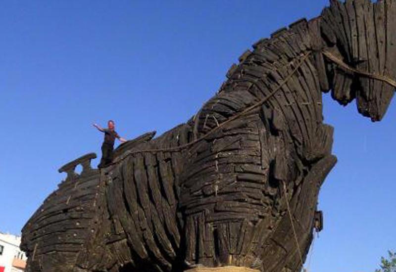 В Турции турист разбился насмерть, упав с Троянского коня
