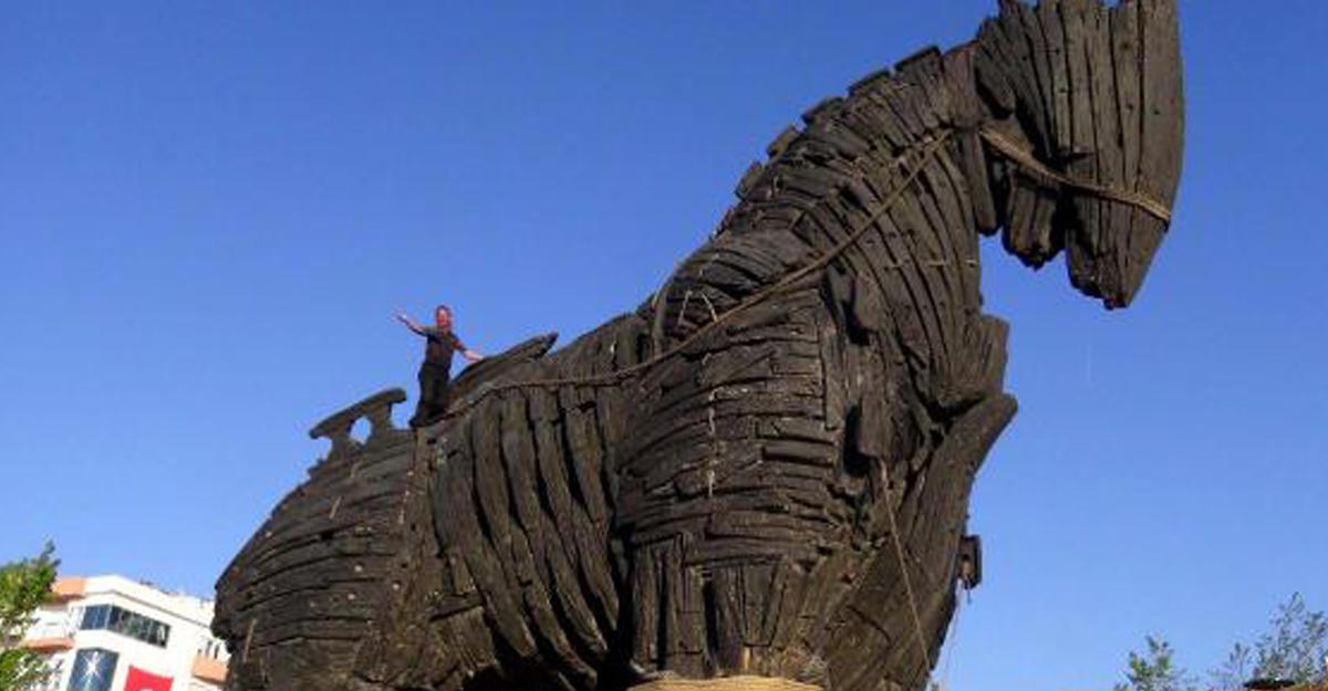 Турист разбился, упав сТроянского коня