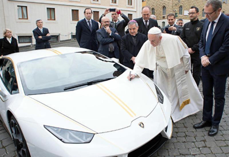 Папа Римский продаст подаренную ему уникальную модель Lamborghini