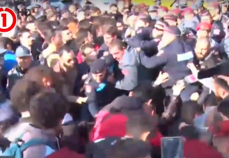 Беспорядки в Ереване - протестующие студенты столкнулись с полицией