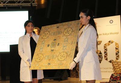 """Фонд Гейдара Алиева подарил Азербайджанскому музею ковра редчайшую композицию вышивки, относящуюся к искусству ковроткачества Карабаха <span class=""""color_red"""">- ФОТО</span>"""