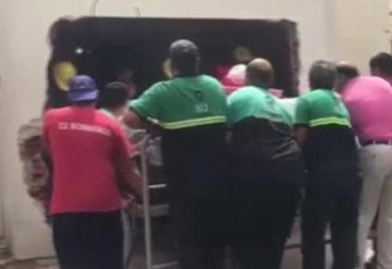 """500-килограммовую девушку доставили в больницу, разобрав стену <span class=""""color_red"""">- ВИДЕО</span>"""