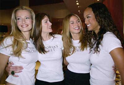 История шоу Victoria's Secret в 24 снимках - От Тайры Бэнкс до Беллы Хадид