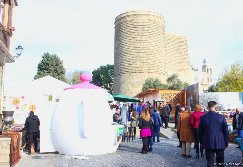 """В Баку стартовал Фестиваль уличной еды – четыре дня ешь и веселись на здоровье <span class=""""color_red"""">- ФОТО</span>"""
