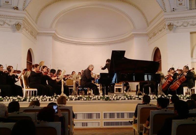 В Филармонии состоялся концерт Фархада Бадалбейли