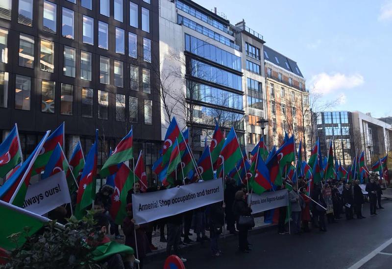 "Азербайджанцы Европы провели акцию протеста перед зданием Европарламента <span class=""color_red"">- ФОТО</span>"