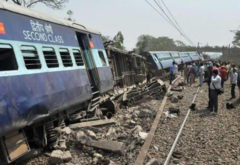 """В Индии поезд сошел с рельс, есть погибшие <span class=""""color_red"""">- ВИДЕО</span>"""