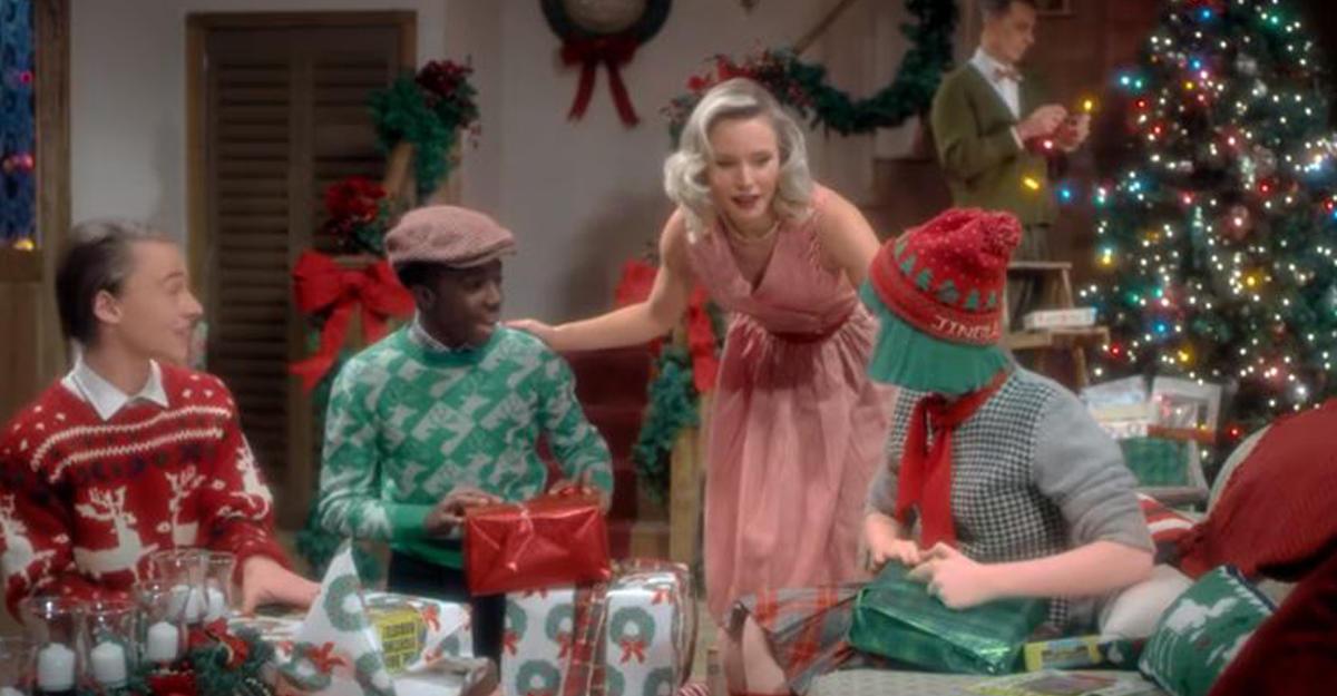 Sia обнародовала клип кпесне «Santa's Coming For Us» изрождественского альбома
