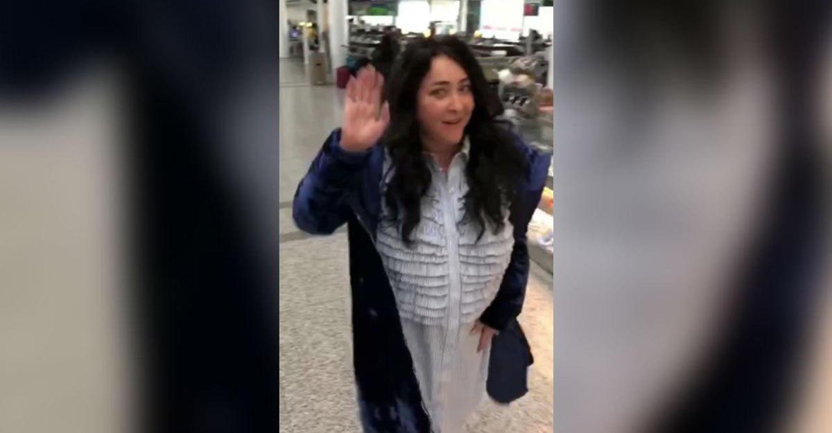 Эстрадная певица Лолита шокировала Сеть своим безумным танцем ваэропорту