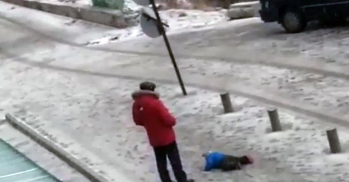 ВБишкеке задержали отца, поднимавшего маленького сына пинками