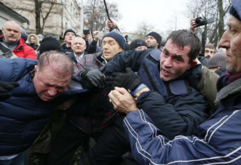 В Киеве полиция применила слезоточивый газ против сторонников Саакашвили