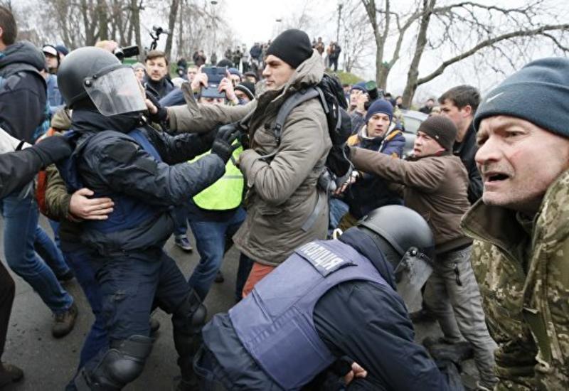 Сторонники Саакашвили блокировали дороги и строят баррикады вокруг его дома