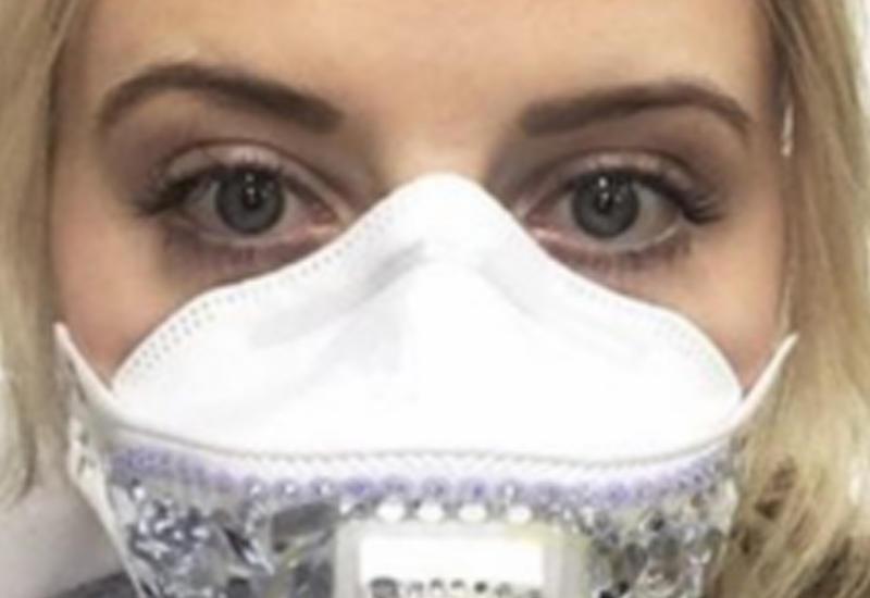 Эта девушка вынуждена носить маску — её может убить всего один чих